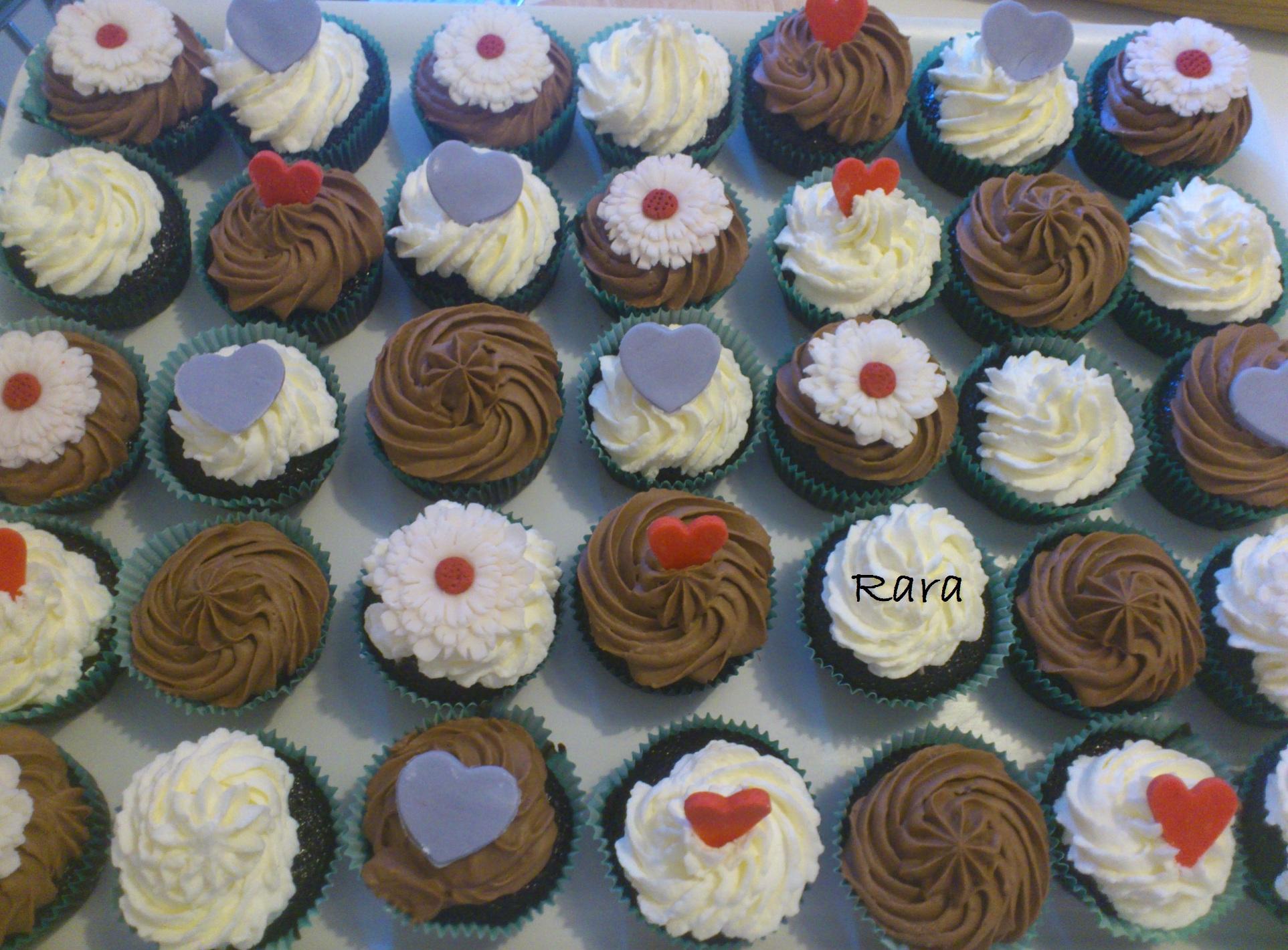 Torta a due piani e cupcakes con fiori e cuori per mary e for Piani di coperta a 2 piani