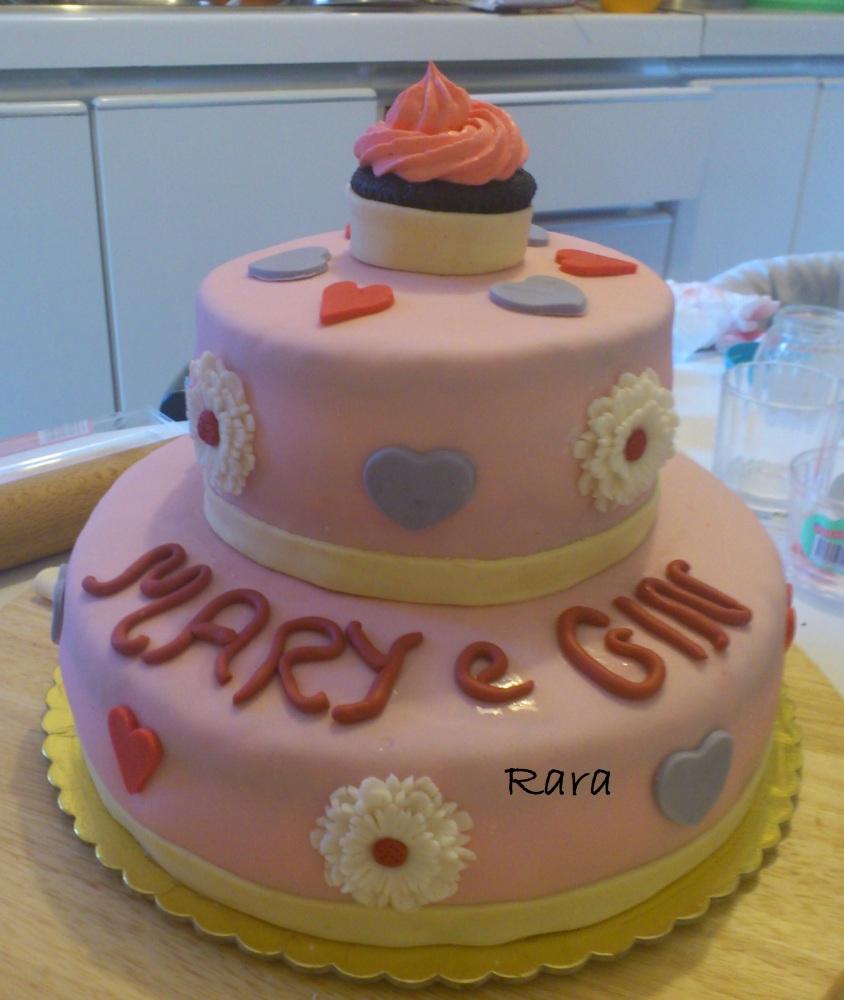 Torta a due piani e cupcakes con fiori e cuori per Mary e Gin (1/5)