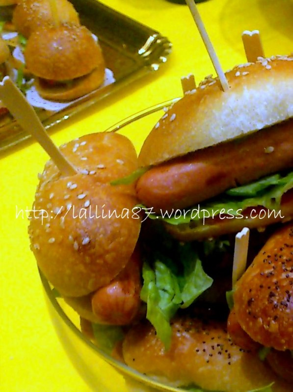 mini hot dogs e hamburgers (1)